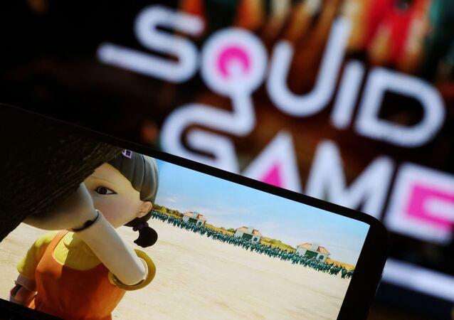 A série da Netflix Round 6, ou Squid Game, como é seu nome em inglês, é jogada em um celular em 30 de setembro de 2021