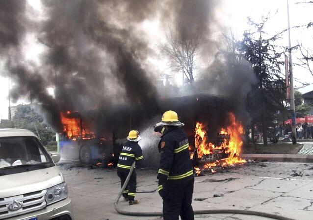 Bombeiros tentam conter chamas em ônibus na província de Guizhou, China (imagem referencial)