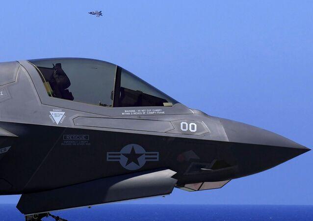 Avião de quinta geração F-35 dos EUA no porta-aviões britânico HMS Queen Elizabeth, no mar Mediterrâneo, 20 de junho de 2021