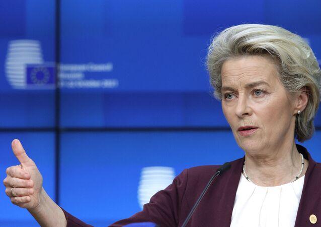 A presidente da Comissão Europeia, Ursula von der Leyen, durante entrevista coletiva em Bruxelas, em 22 de outubro de 2021