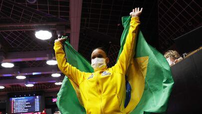 Rebeca Andrade festejando a vitória no salto no Mundial de Ginástica, Japão, 23 de outubro de 2021