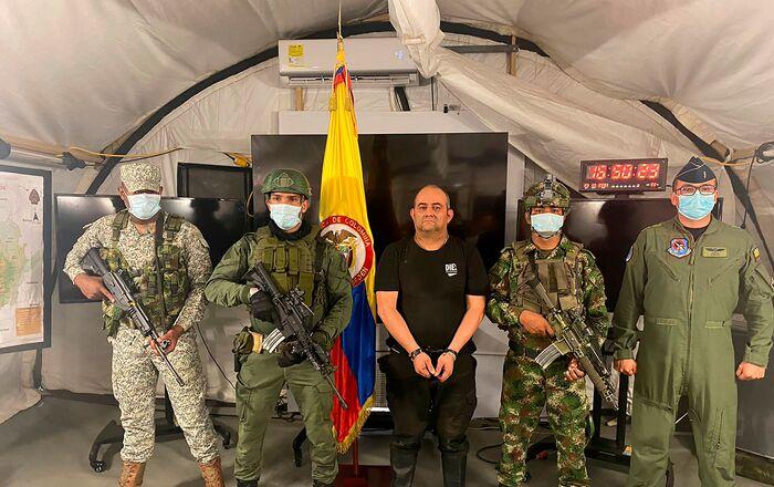 Dairo Antonio Úsuga David, vulgo Otoniel, chefe do Clã do Golfo posa para foto escoltado por soldados colombianos depois de ser capturado, Colômbia, 23 de outubro de 2021