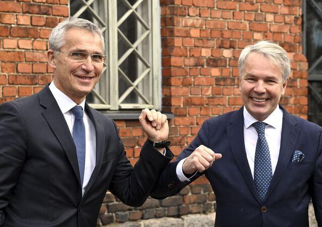 Secretário-Geral da OTAN, Jens Stoltenberg (e), cumprimenta o ministro das Relações Exteriores da Finlândia, Pekka Olavi Haavisto, em Helsinque, Finlândia, em 25 de outubro de 2021