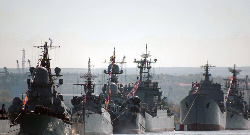 Navios da Frota do Mar Negro durante ensaio para a festa dos 70 anos da vitória sobre a Alemanha nazista.