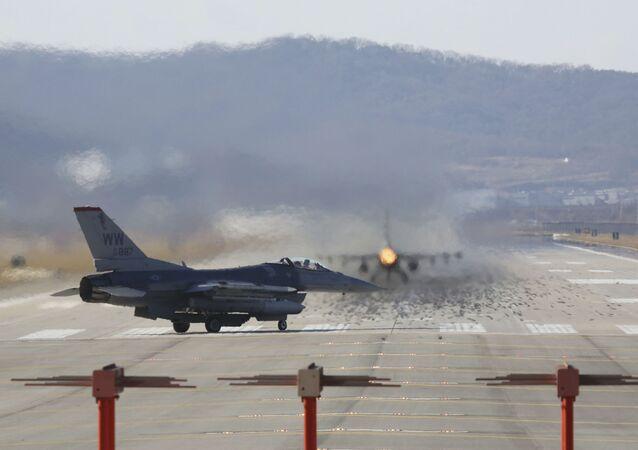 Caça norte-americano F-16 (foto de arquivo)