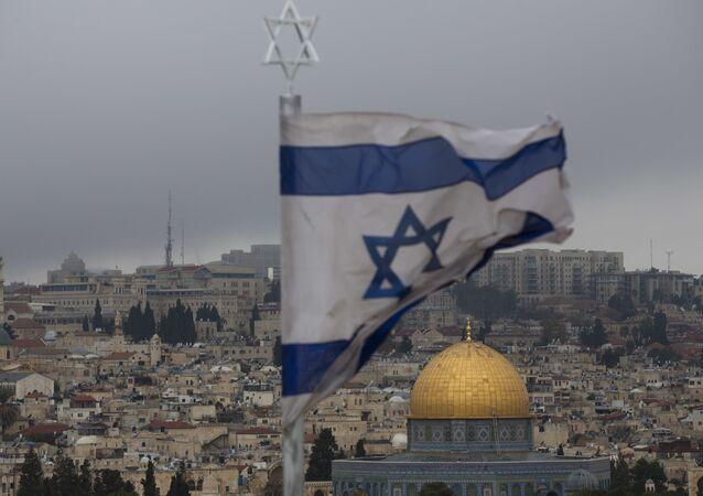 Bandeira israelense com a Cidade Velha de Jerusalém ao fundo, em 6 de dezembro de 2017