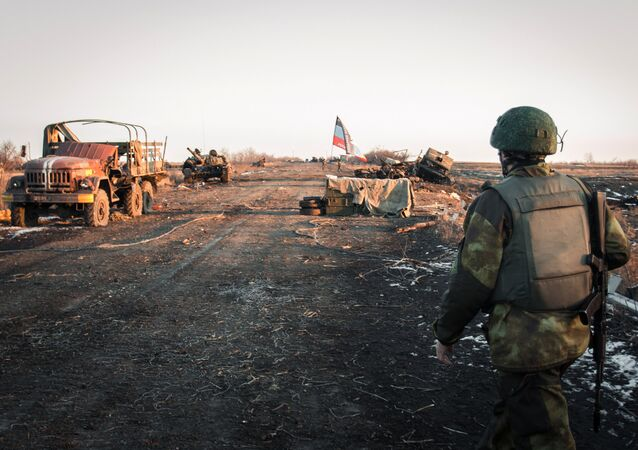 Soldado da República Popular de Donetsk no povoado de Logvinovo (foto de arquivo)
