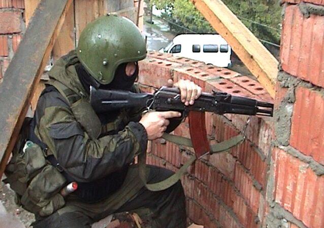 Agente do batalhão de operações especiais da polícia russa em Makhachkala, no Daguestão