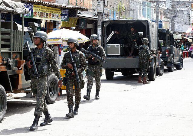 Exército faz operação na favela Nova Holanda, no Complexo da Maré, zona norte do Rio de Janeiro
