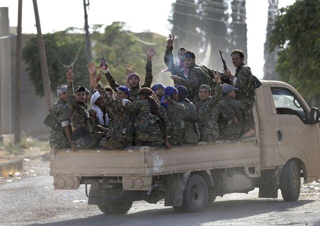 Forças Democráticas da Síria em um caminhão, Raqqa, Síria (foto de arquivo)