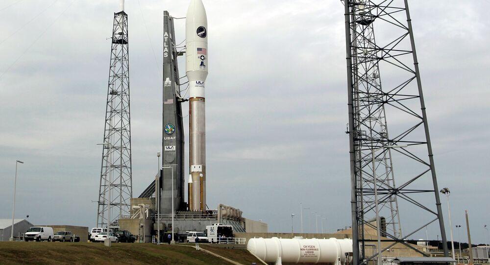 Veículo de Teste Orbital X-37B, da Força Aérea americana, conectada ao foguete Atlas V, em Cabo Canaveral, na Flórida, EUA