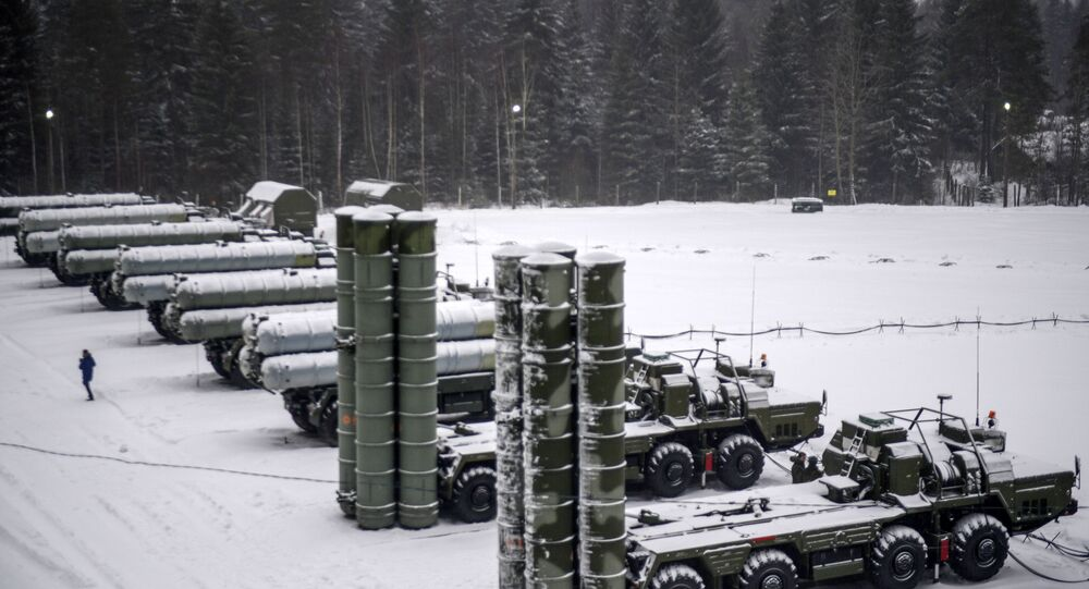 Junto com os sistemas de mísseis Iskander e os sistemas antinavio Bastion, os S-400 constituem a base da estratégia militar russa destinada a proteger suas fronteiras de uma possível agressão por parte da OTAN.