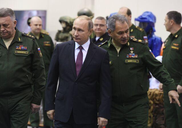 Presidente russo, Vladimir Putin, visita a Academia Militar da Força Estratégica de Mísseis Pyotr Veliky, em 22 de dezembro de 2017, acompanhado pelo ministro da Defesa, Sergei Shoigu