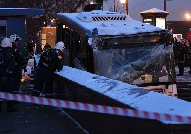 Evacuação do ônibus que matou 5 pessoas ao entrar em uma passagem subterrânea em Moscou, Rússia
