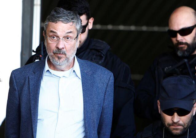 Antônio Palocci, ex-ministro de Dilma Rousseff e Luiz Inácio Lula da Silva, sendo conduzido pela Polícia Federal.