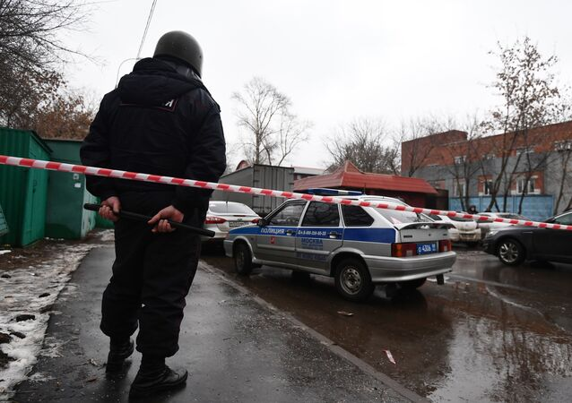 Cordão policial na rua Ilovaiskaya, em Moscou, perto da fábrica de doces onde um homem abriu fogo nesta quarta-feira, 27 de dezembro de 2017