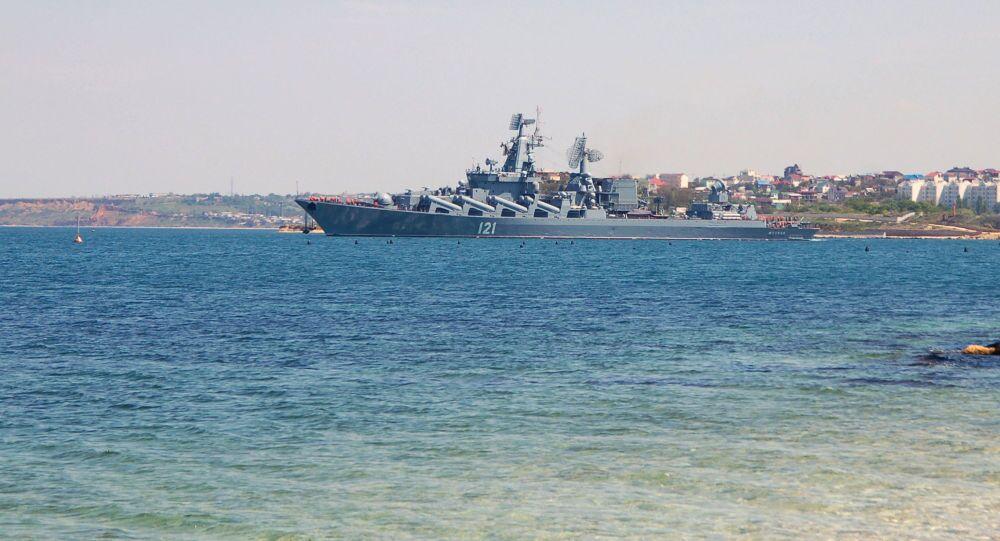 A capitânia da Frota do Mar Negro o cruzador de mísseis Moskva deixa o porto de Sevastopol para participar dos exercícios navais sino-russos Cooperação Naval 2015  no Mar Mediterrâneo