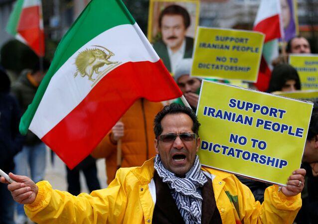 Manifestante em oposição ao presidente iraniano, Hassan Rouhani durante um protesto em frente ao Conselho da União Europeia em Bruxelas, na Bélgica, 3 de janeiro de 2018.