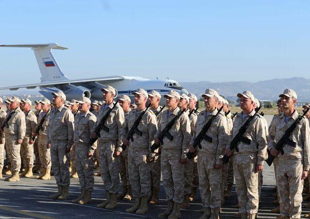 Militares russos durante cerimônia de visita do presidente russo, Vladimir Putin, à base aérea em Hmeymim, na Síria