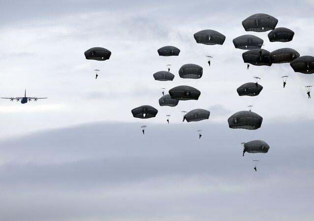 Soldados das tropas autotransportadas americanos durante exercícios (foto de arquivo)