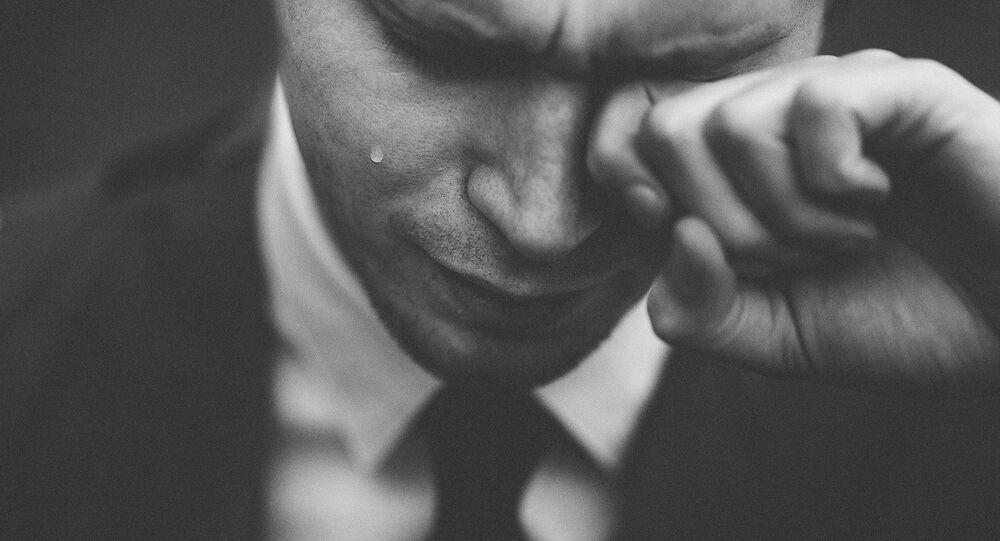 Homem chorando (foto referencial)
