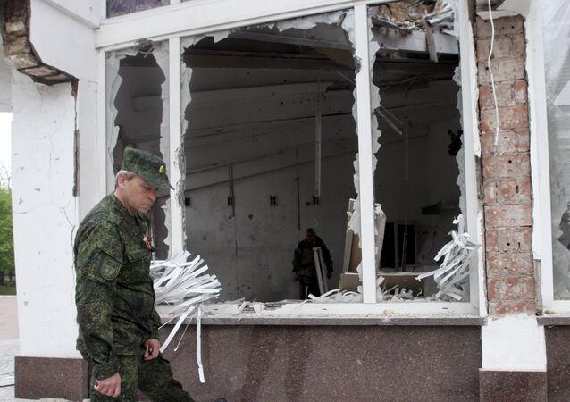 Vice-chefe das tropas de autodefesa da RPD, Eduard Basurin, inspeciona edifício bombardeado em Donetsk