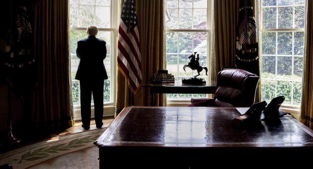 Presidente dos EUA Donald Trump olha pela janela da Casa Branca antes da entrevista com a Associated Press, Washington, 21 de abril de 2017
