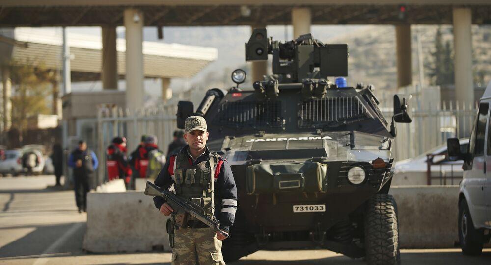 Forças turcas mantêm a segurança no posto fronteiriço de Cilvegozu, na fronteira com a Síria (foto de arquivo)