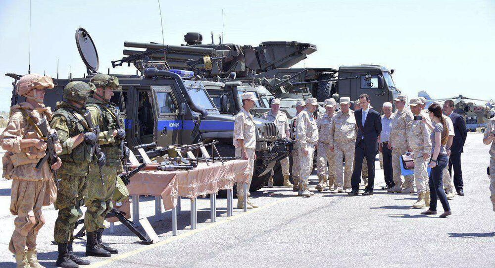 Presidente sírio, Bashar Assad, inspecionando a base aérea russa Hmeymim na província de Latakia, Síria