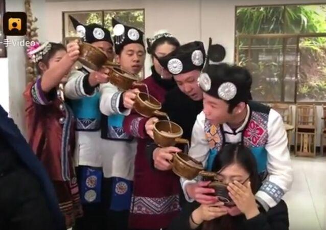 Rritual especial chinês com cascata de vinho