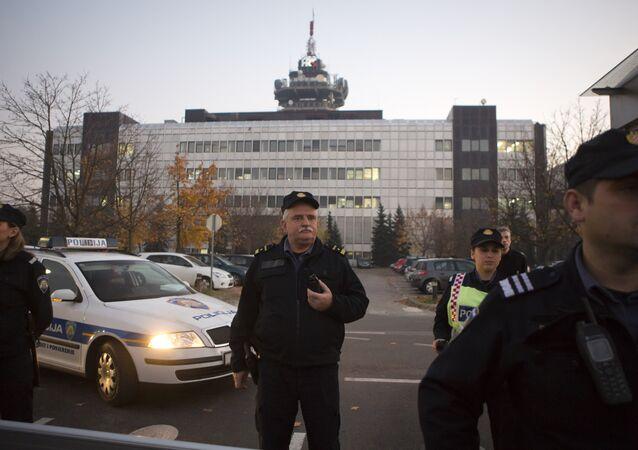 Polícia croata faz segurança do lado de fora do prédio da TV Estatal enquanto o partido político Zivi Zid realiza um protesto na capital Zagreb, em 6 de novembro de 2015.