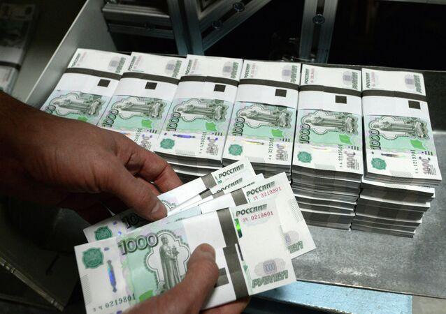 Homem segurando cédulas de rublos