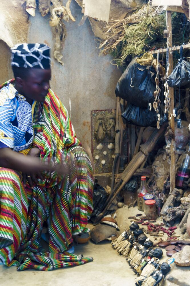 Sacerdotes de vodu são muito respeitados pelos habitantes locais. Os sacerdotes homens são chamados de Houngan, as mulheres – de mambo. Acredita-se que eles dominem a magia branca, fazendo com que sejam capazes de expulsar magia negra de seus clientes