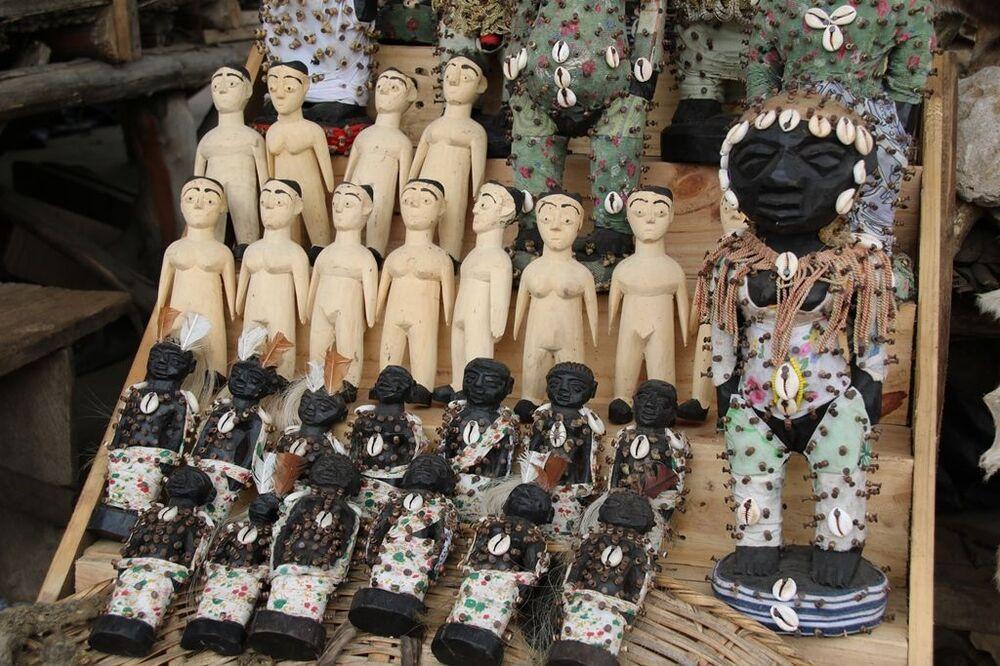 No mercado, há muitas figuras de madeira, que são usadas em rituais vodus, onde são pintadas, furadas com pregos e enfeitiçadas
