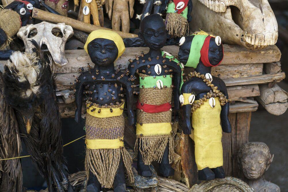 Feiticeiros criam amuletos com partes do corpo de animais, que são comprados ativamente pelos habitantes de Togo. Eles acreditam que o acessório ajuda a preservar a saúde além de trazer boa sorte e concretizar sonhos, mas não é de graça. Ao dar algo, o vodu leva algo em compensação, explicam os locais