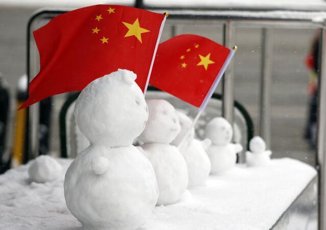 Bonecos de neve com a bandeira da China alinhados em uma área de segurança próxima à praça Tiananmen, em Pequim, na China. Domingo, 22 de novembro de 2015.