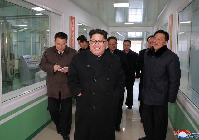 Líder norte-coreano Kim Jong-un, na Fábrica Farmacêutica em Pyongyang