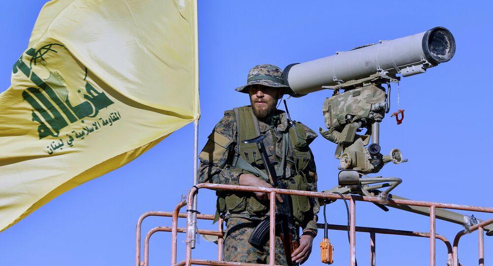 Militante do Hezbollah sobre uma  torre de vigilância (arquivo)