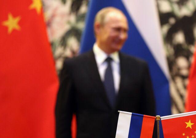 Bandeiras russa e chinesa são vistas durante encontro entre Vladimir Putin e Xi Jinping em 9 de novembro de 2014