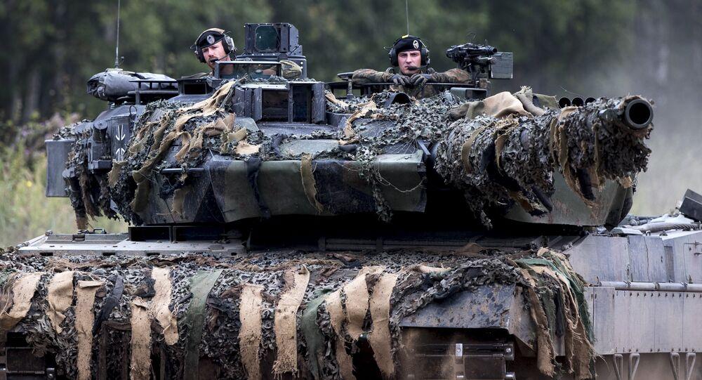 Soldados da OTAN no tanque alemão Leopard 2 durante exercício da aliança na Lituânia