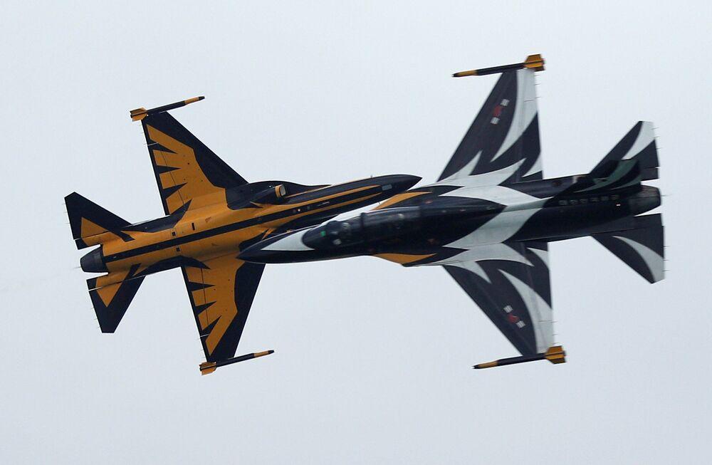 Representantes da Coreia do Sul dão show com aviões KAI T-50 Golden Eagle