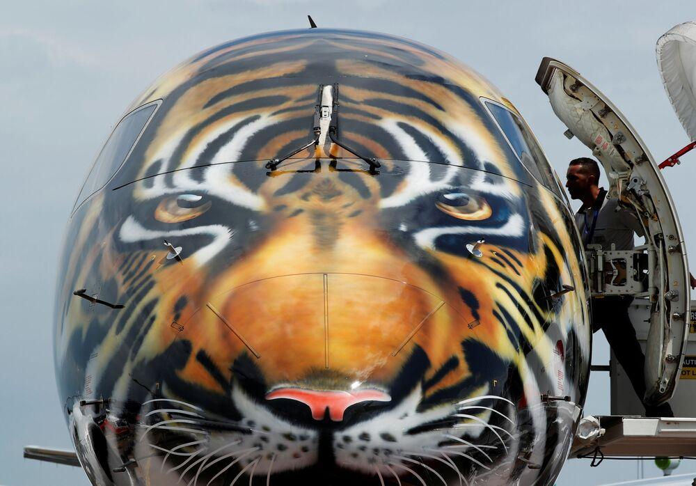 Avião E190-E2 da Embraer com a pintura de um tigre no show aéreo em Singapura