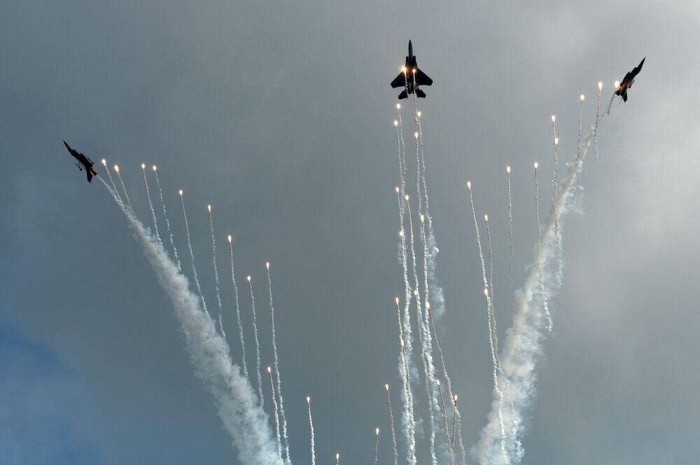 Caças F-16C e F-15SG da Força Aérea de Singapura participam do show