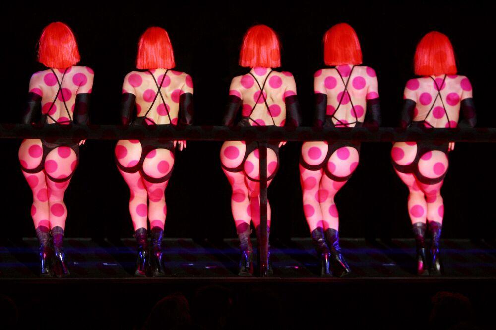 Dançarinas durante o show Forever Crazy do cabaré de Paris Crazy Horse