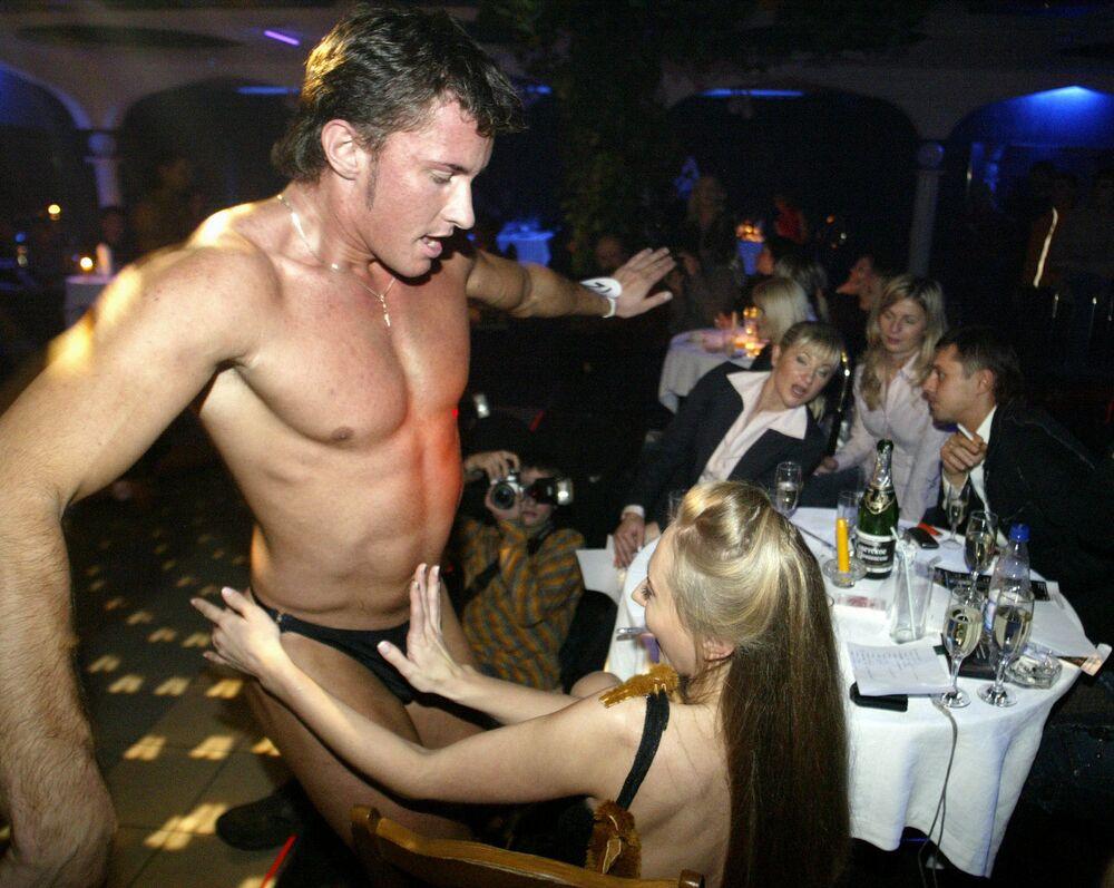Strippers da Bielorrússia durante festival de strip-tease Pássaro de Fogo em Minsk