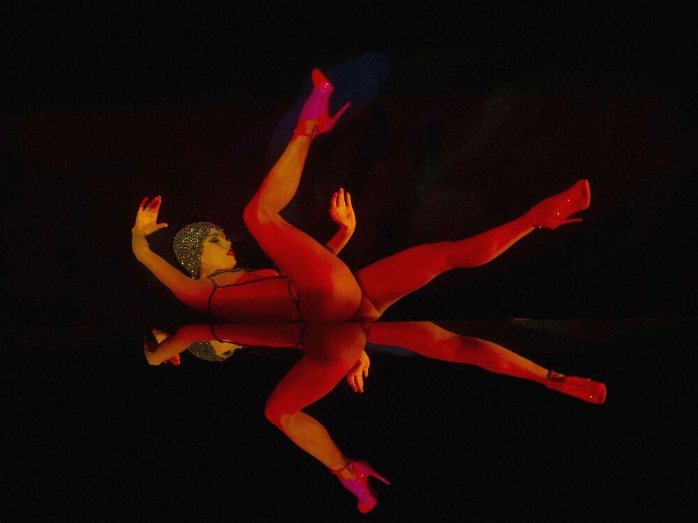 Artista do cabaré parisiense Le Crazy Horse se apresenta no show Forever Crazy-2 durante turnê artística em Moscou