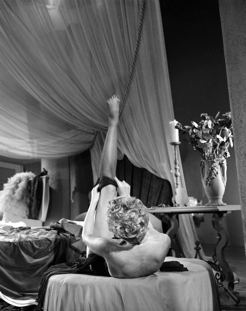 Stripper Lili St. Cyr vestindo meias durante ensaio para curta-metragem Carmenesque, Los Angeles