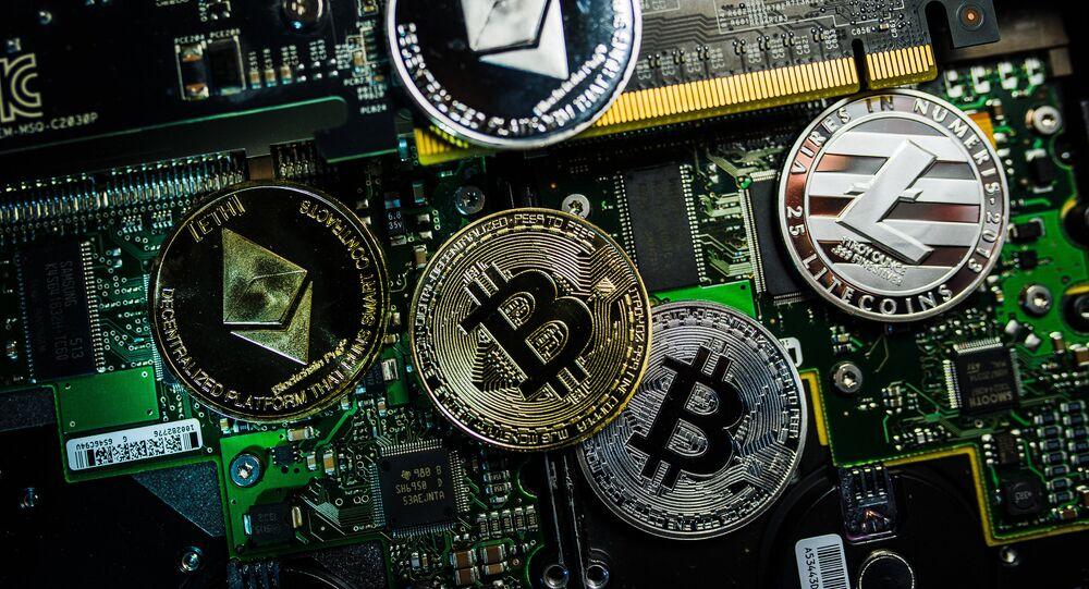 Moedas com os logotipos das criptomoedas bitcoin, litecoin e ethereum