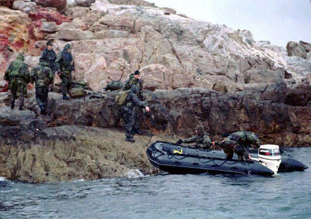 A Turkish SWAT team prepares to leave one of the controversial Kardak (Imia) islets after Greek troops were withdrawn from another one of the islet (File)