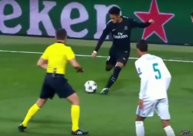 Neymar ataca árbitro com bola